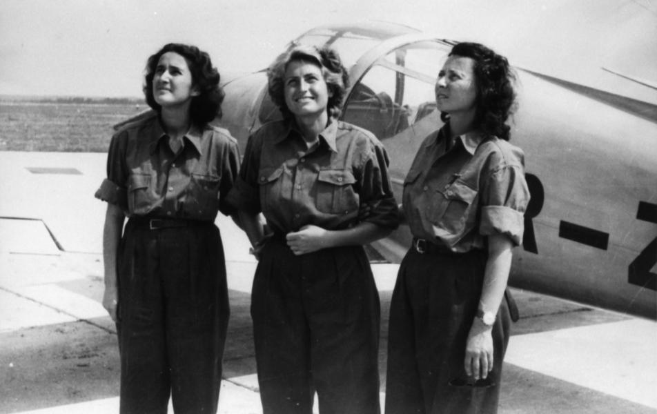 ceas Aerocompax - aviatoare Romania WW2 | stanga-drepta: Geta Prejbeanu-Manolache, Ruxandra Agache-Mihes si Nadia Russo-Bossie | aprox. 1950 (imagine prin amabilitatea lui - Horia Stoica)