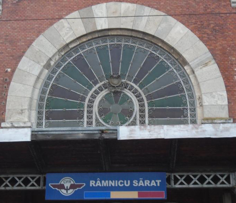 fatada sticla spre peron | gara Ramnicu Sarat | 2016