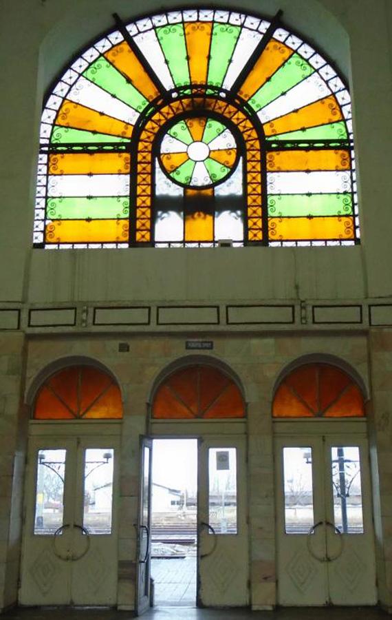 fatada sticla peron (vedere dinspre interior) | gara Ramnicu Sarat | 2016